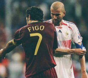 Figo troca braçadeira de capitão com o Zidane após semifinal da Copa de 2006