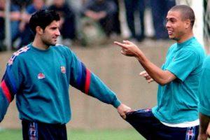 Figo e Ronaldinho no Barcelona.