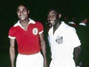 Eusébio e Pelé se encontram na final do Mundial de 1962.