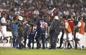 São Paulo vence Sulamericana em final polêmica.