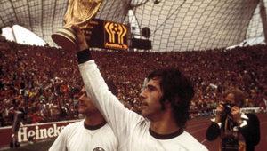 Gerd Muller com a taça da Copa de 1970