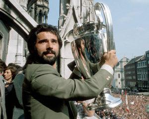 Muller conquista o tricampeonato da Champions League