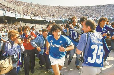 Maradona se tornou o maior ídolo do Napoli.