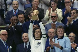 Título da Copa do Mundo de 1974, com Franz Beckenbauer de capitão.