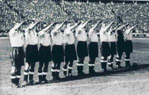 Seleção Inglesa de Futebol em jogo contra a Alemanha em 1938.