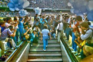 Maradona em sua chegada ao Napoli.