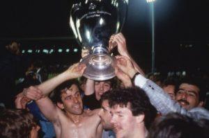 Platini levanta a taça da Liga dos Campeões com a Juve.