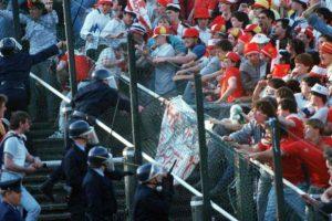 A tragédia de HEysel ocorreu em 1985, após briga dos hoolingans.
