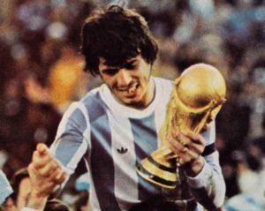 Daniel PAssarela com a taça da Copa do mundo de 1978.