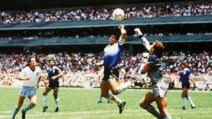 Maradona marca polêmico gol de mão contra a Inglaterra.