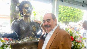Rivellino ao lado de seu busto no Parque São Jorge.