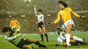 Artilheiro vascaíno em ação contra a Argentina.