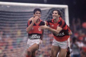 Bebeto ao lado de Renato Gaúcho com a camisa do Flamengo.
