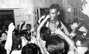 O meia sendo saudado pela torcida do Botafogo.