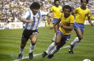 Júnior ao lado de Maradona na Copa de 1982.