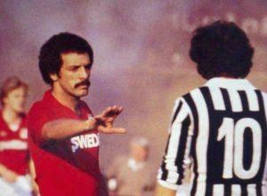 Como jogador do Torino em frente a Michel Platini.