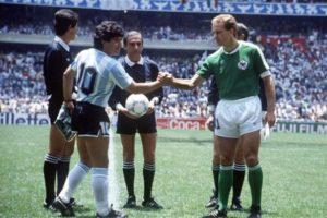 Maradona e Rummenigge em 1986.