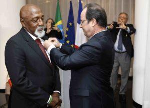 Paulo Cézar Caju condecorado com uma medalha de honra pelo presidente da França.