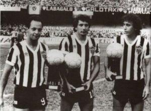 Éder Aleixo recebe o prêmio Bola de Prata do Brasileirão de 1983.