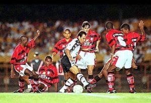 Um dos gols mais incríveis da história do clássico dos milhões: Edmundo chama a defesa do Flamengo para dançar.