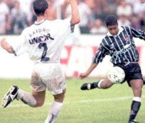 Gol de placa de Marcelinho Carioca contra o Santos em 1996.