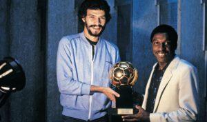Paulo Isidoro recebe a Bola de Ouro de 1981.