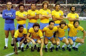 Paulo Isidoro em meio ao elenco que disputou a Copa do Mundo de 1982.