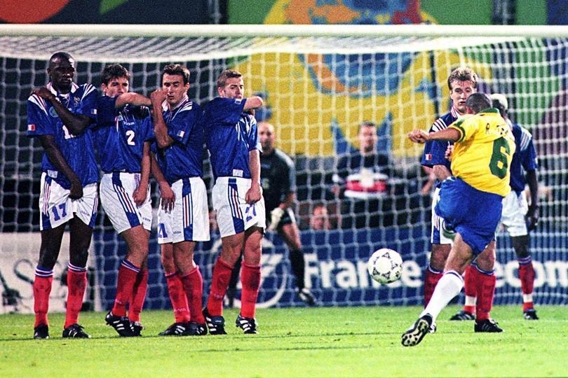 Gol Roberto Carlos contra a França.