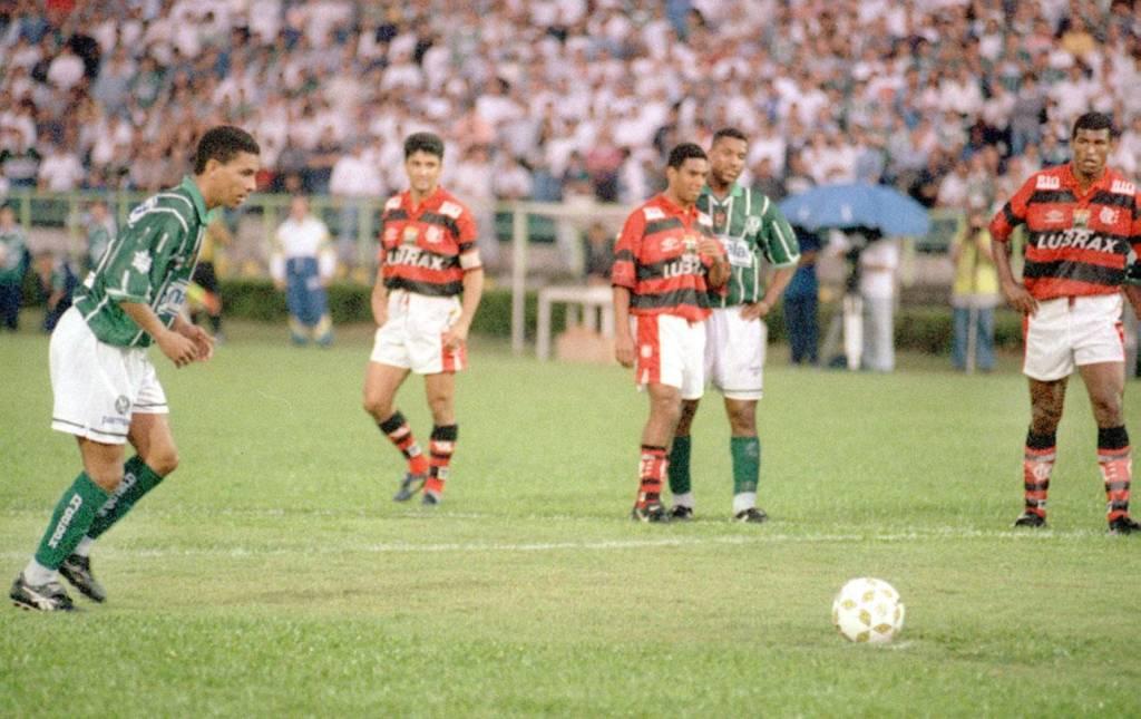 Djalminha foi quem introduziu a cavadinha no Brasil.