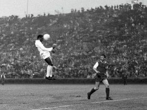 Pelé voando pelo Santos FC.