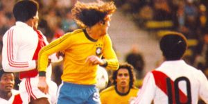 Oscar e Dinamite na partida contra o Peru em 1977.